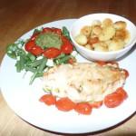 Gevulde kipfilet met pestosalade en gebakken aardappeltjes