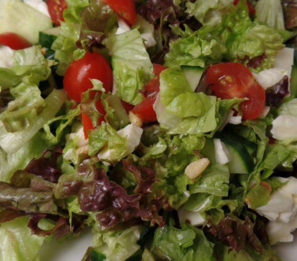 Frisse salade met basilicumdressing fodmap