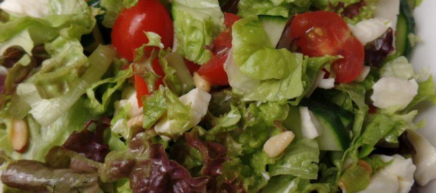 Frisse salade met basilicumdressing