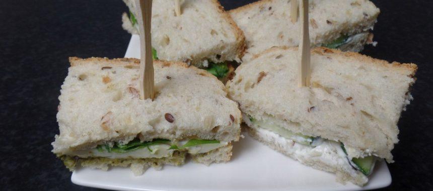 Broodje met roomkaas en komkommer