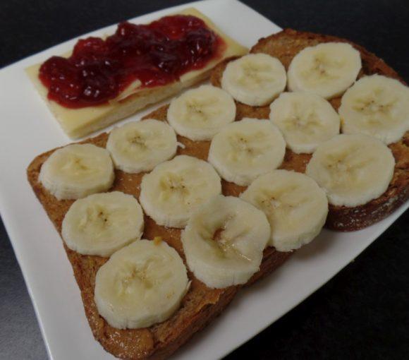 Broodje pindakaas met banaan
