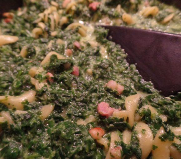 Spinaziepasta met spekjes en kruiden