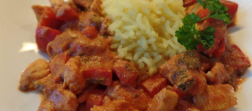 Kip tandoori met rijst en pinda's