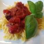 Pasta met rode saus en basilicum
