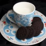 Warme melk met glutenvrije oreo's