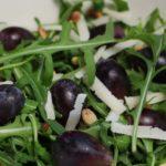 Frisse rucolasalade met rode druiven